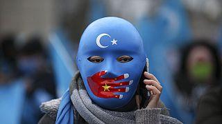 Çin Dışişleri Bakanı Wang Yi'nin Türkiye ziyareti sırasında Ankara'da eylem yapan Uygur bir kadın.