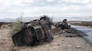 مركبات عسكرية مدمرة على جانب الطريق شمال عاصمة إقليم تيغراي في إثيوبيا 26/02/2021