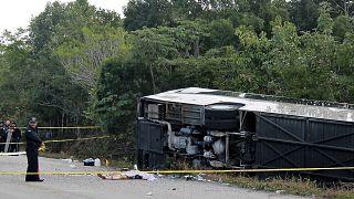 صورة من الارشيف لحافلة انقلبت في المكسيك. 2017/12/19