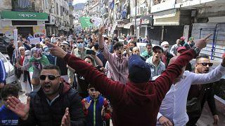 متظاهرون ينزلون إلى شوارع الجزائر العاصمة يوم الجمعة 2 أبريل 2021 في مسيرة سلمية لدعم حركة الحراك المؤيدة للديمقراطية.