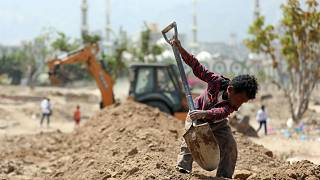 Yemen gravediggers, bulldozer struggle against Covid