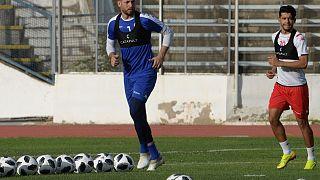 لاعبان تونسيان خلال حصة تدريبة في ملعب المنزه في تونس. 2020/06/08