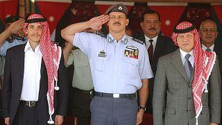 الملك عبد الله (يمين) والأمير حمزة (يسار)