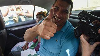 """كريم طابو، أحد أبرز شخصيات """"الحراك"""" الجزائري بعد إطلاق سراحه سجن القليعة في 2 يوليو- تموز 2020."""