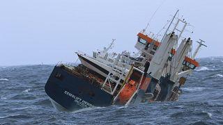 Elhalasztották az Északi-tengeren magára hagyott teherhajó mentését