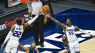 Sacramento Kings oyuncuları Richaun Holmes (22) ve Delon Wright rebauntu alırken.