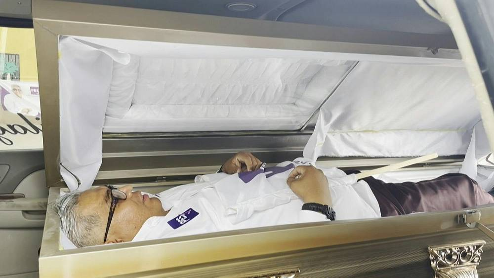 Candidate kicks off campaign in northern Mexico inside a coffin | Euronews