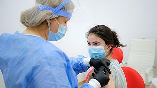 Reino Unido defende Vaxzevria, mas recomenda cuidado na vacinação dos mais jovens