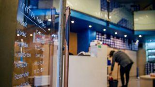 Dolgozó nyitás előtt egy cipőboltban Budapesten, a Párizsi utcában 2021. április 7-én.