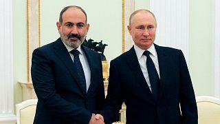 نیکول پاشینیان، نخست وزیر ارمنستان (چپ) و ولادیمیر پوتین، رئیس جمهوری روسیه (راست)