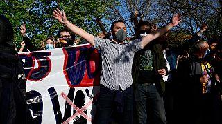 İspanya'nın başkenti Madrid'de aşırı sağcı Vox Partisi'nin mitingini protesto eden aşırı sol görüşlü bir gösterici