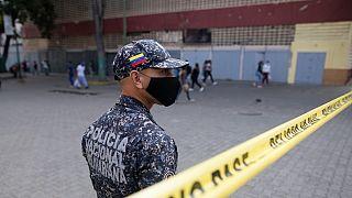 Un policier contrôlant l'accès à un quartier de Caracas bouclé pour cause de Covid-19, le 7 avril 2021