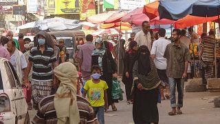 يمنيون يتسوقون في أحد أسواق الشوارع في كريتر بمدينة عدن الساحلية الجنوبية في اليمن، 17 مايو / أيار 2020.