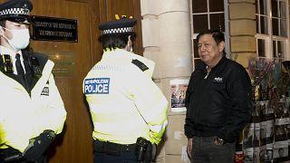 سفير ميانمار كياو زوار مين بتحدث مع عناصر الشرطة أمام سفارة بلاده في لندن. 2021/04/07