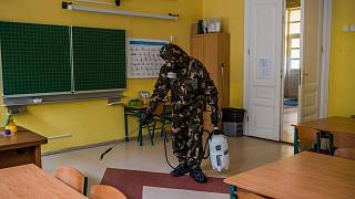 Katona fertőtleníti egy budapesti iskola tantermét 2021. március 17-én.