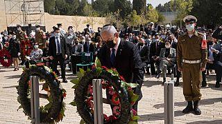 Il premier israeliano Netanyahu depone una corona di fiori, durante la cerimoniaper la Giornata della Memoria, al Memoriale dell'Olocausto di Yad Vashem a Gerusalemme