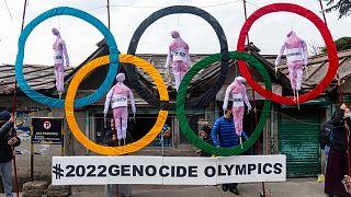 التبتيون في المنفى يستخدمون الحلقات الأولمبية كدعم خلال احتجاجًا في الشارع ضد إقامة الألعاب الأولمبية الشتوية 2022 في بكين.