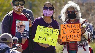 Los Angeles Historic Park'ta ırkçı saldırılara karşı Asyalılara destek veren protesto gösterilerinden bir kare.