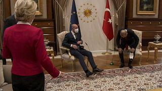 """سياسيون ينتقدون """"الإهانة"""" التي تعرضت لها فون دير لايين في تركيا وأنقرة: """"احترمنا قواعد البروتوكول"""""""