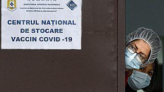 Personale medico al Centro nazionale per la conservazione del vaccino COVID-19, una struttura gestita dai militari a Bucarest, Romania