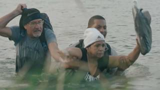 Migrantes cruzando el Río Bravo, entre México y Estados Unidos
