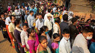 Hindistan'da oy vermek için sırada bekleyen seçmenler