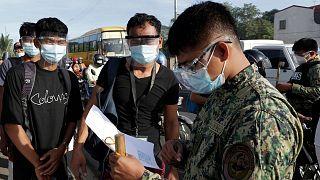 پلیس فیلیپین در حال کنترل رفت و آمد در شرایط قرنطینه کرونایی