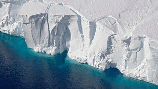 صورة أرشيفية من ناسا تعود لعام 2016 لجرف جيتز الجليدي من عملية جسر الجليد في القطب الجنوبي.