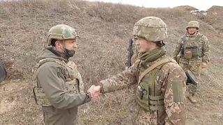 Zelensky nas trincheiras da guerra com os separatistas pró-russos