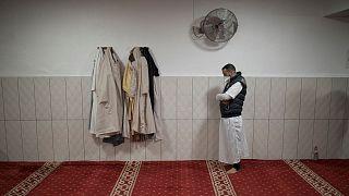 مسلمان فرانسوی در حال نماز در مارسی