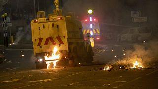 في بلفاست، ألقيت زجاجات حارقة على آليات الشرطة