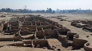 """Mısır'da arkeologlar kumların altına gömülü """"kayıp altın şehri"""" keşfetti"""