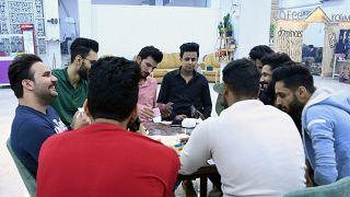 حسين (وسط)، شاب عراقي مع أصدقائه في مقهى، الناصرية، محافظة ذي قار، 4  نيسان / أبريل 2021