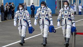 El  estadounidense Mark Vande Hei y los rusos Oleg Novitskiy y Pyotr Dubrov embarcando en la Soyuz MS-18, Baikonur, Kazajistán 9/4/21