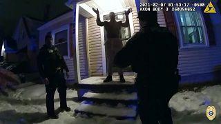 ضابط شرطة يستقيل بعد أن أرغم مشتيها به على أكل الثلج