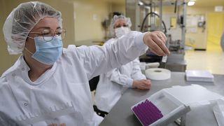 موظفون في مصنع ديلفارم الطبي في غرب باريس - فرنسا