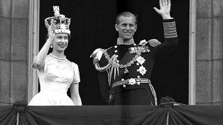Una foto del 1953, dopo l'incoronazione della Regina Elisabetta II. La coppia si affaccia al balcone di Buckingham Palace e saluta la folla