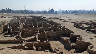 صورة نشرتها وزارة الآثار المصرية في 8 أبريل 2021 لبقايا مدينة تعود لعهد أمنحتب الثالث، اكتشفتها البعثة المصرية بالقرب من الأقصر.