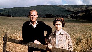 ملكة بريطانيا إليزابيث الثانية والأمير فيليب في بالمورال في اسكتلندا، احتفالا بيوبيل زواجهما الفضي، 1 سبتمبر 1972