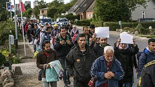 صورة أرشيفية للاجئين يتجهون من جنوب الدنمارك إلى السويد بعد أن وصلوا من ألمانيا، 7 سبتمبر 2015