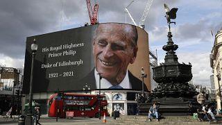 Un omaggio al principe Filippo su uno schermo a Piccadilly Circus, Londra
