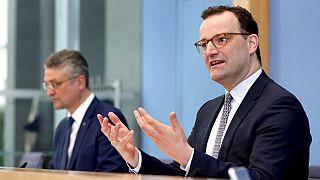 Almanya Sağlık Bakanı Jens Spahn (sağda)
