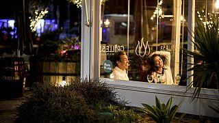 Una pareja cenaba la semana pasada sin restricciones en un restaurante gibraltareño