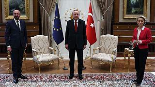 Soldan sağa: AB Konseyi Başkanı Charles Michel, Türkiye Cumhurbaşkanı Recep Tayyip Erdoğan ve Avrupa Birliği Komisyonu Başkanı Ursula von der Leyen