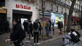 أمام مدخل باتاكلان بعد حفل إحياء للذكرى الثالثة لهجمات باريس في نوفمبر 2015 التي قُتل فيها 130 شخصاً