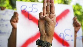 Maynmar'da sivil halkın yaptığı 3 parmaklı barış işareti demokrasi yanlısı gösterilerin sembolü oldu.