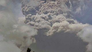 أدى ثوران البركان إلى تصاعد أعمدة من الدخان والرماد بلغ ارتفاعها 15 كيلومتراً