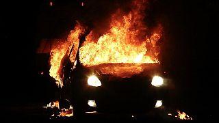 Kuzey İrlanda'da çıkan şiddet olaylarında bir araç ateşe verildi.