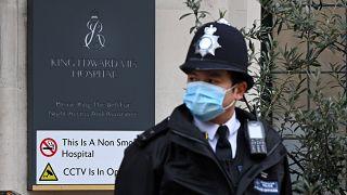 Rendőr egy londoni kórház előtt