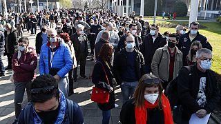 Sırbistan'ın başkenti Belgrad'dan bir kare. Fotoğrafta görülen aşı sırasının çoğunu Bosna Hersek, Arnavutluk ve Kuzey Makedonya'dan gelen yabancı turistler oluşturuyor.
